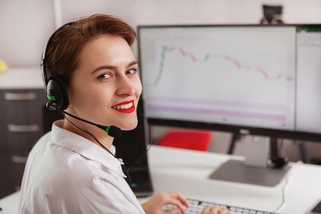 Giovane imprenditrice che lavora al suo computer