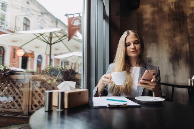 Giovane imprenditrice che lavora in un caffè