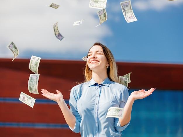 Giovane imprenditrice con denaro contante