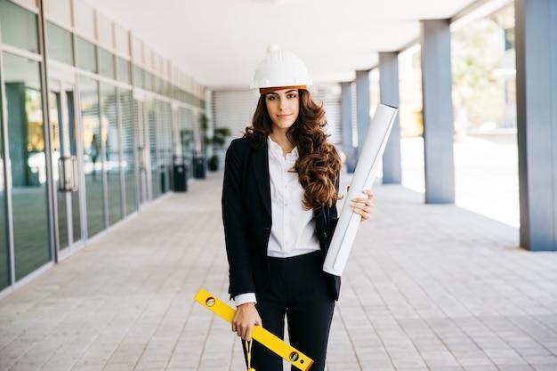 Giovane imprenditrice con piano e livello