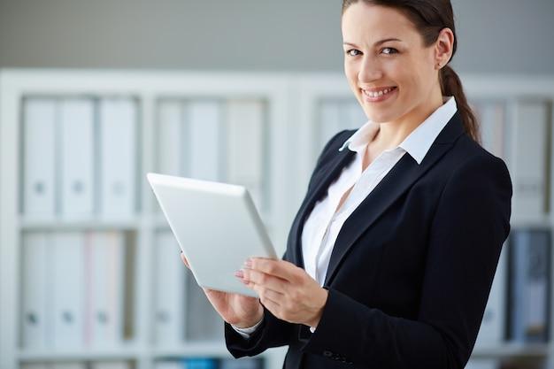 Giovane imprenditrice di lavoro con la sua tavoletta