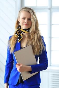 Giovane imprenditrice in abito blu