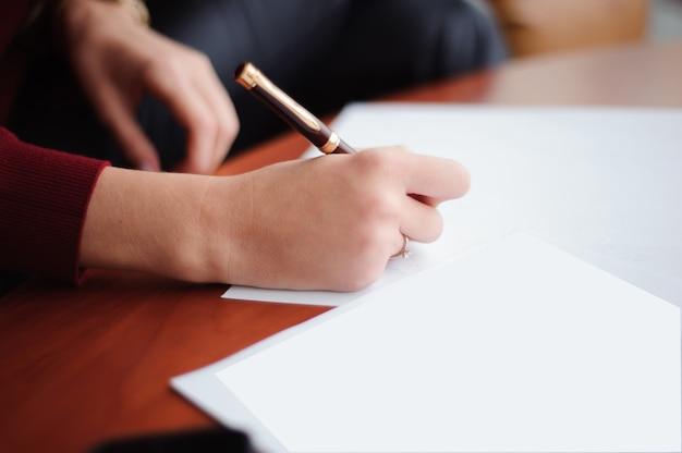 Giovane imprenditrice lavorando con documenti. avvicinamento.