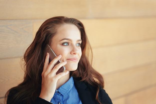 Giovane imprenditrice parlando al telefono cellulare