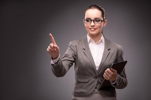 Giovane imprenditrice premendo il pulsante virtuale