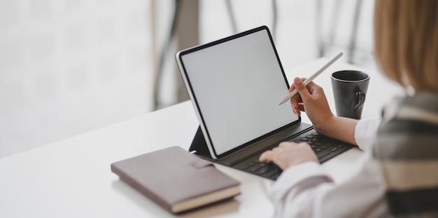 Giovane imprenditrice professionale scrivendo la sua idea