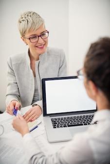 Giovane imprenditrice sorridente capelli corti sul colloquio di lavoro.