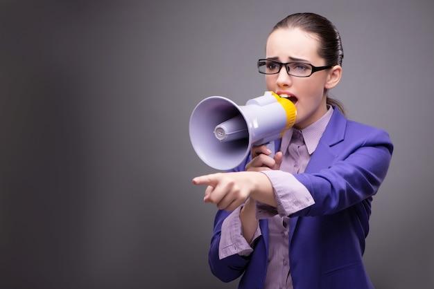 Giovane imprenditrice urlando attraverso l'altoparlante