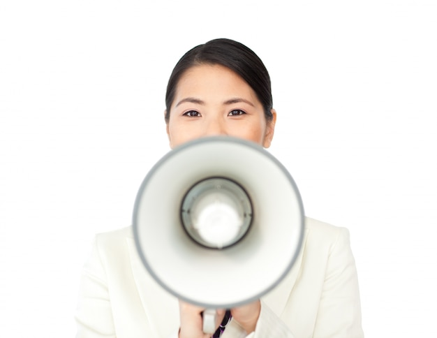 Giovane imprenditrice urlando attraverso un megafono