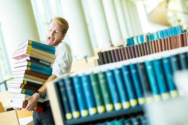 Giovane in biblioteca