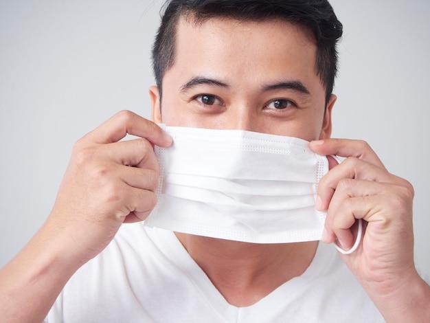 Giovane in mascherina medica protettiva.