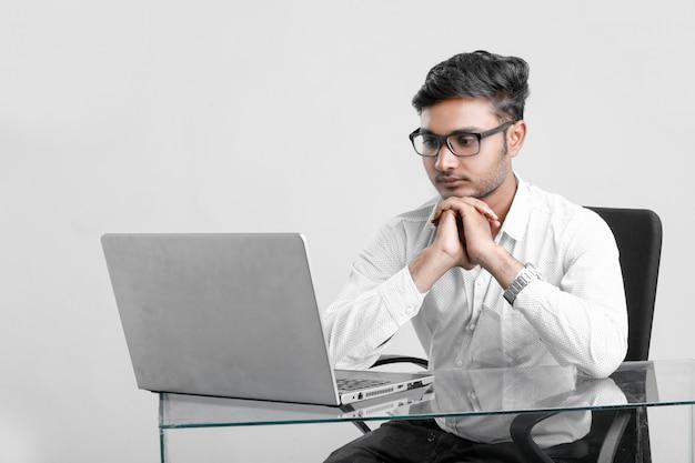 Giovane indiano che lavora in ufficio