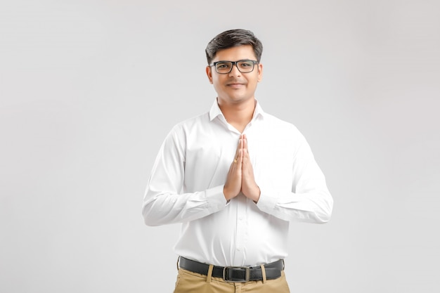 Giovane indiano con pregare