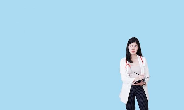 Giovane infermiera con uno stetoscopio