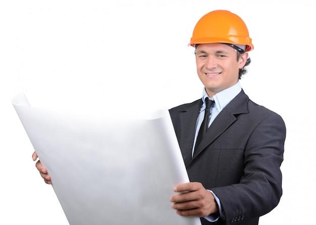 Giovane ingegnere architetto felice che guarda in camera.