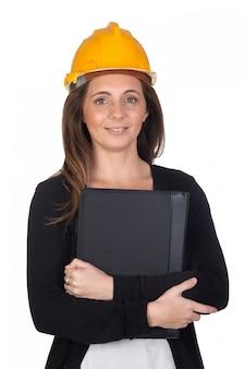 Giovane ingegnere con casco di sicurezza isolato su sfondo bianco