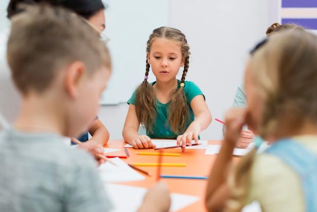 Giovane insegnante che fa la sua classe con i bambini