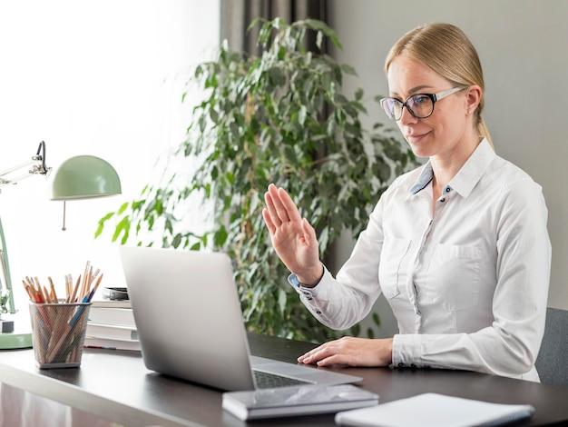 Giovane insegnante che fa le sue lezioni online