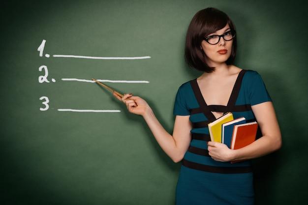 Giovane insegnante con puntatore