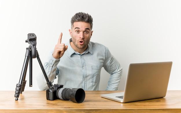 Giovane insegnante di fotografia bello avere un'idea, il concetto di ispirazione.