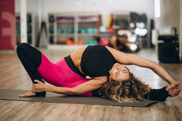 Giovane istruttore di yoga presso il centro fitness
