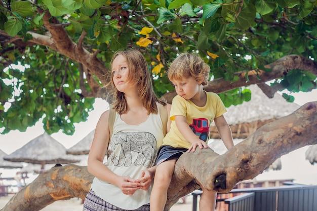 Giovane madre amorosa felice e suo figlio del bambino sulla passeggiata