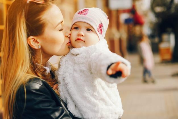 Giovane madre con figlia piccola