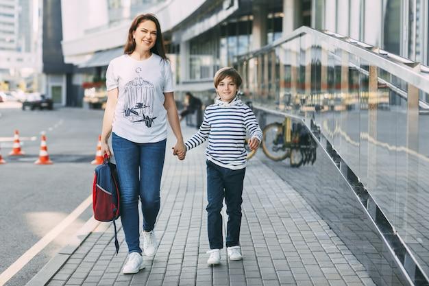 Giovane madre con suo figlio che cammina nella città