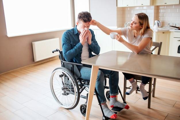 Giovane malato con disabilità che starnutisce