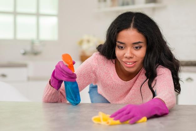 Giovane mamma pulizia della casa