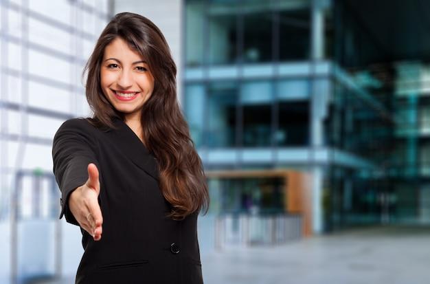Giovane manager femminile dandovi una stretta di mano