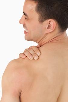 Giovane maschio che avverte dolore al collo