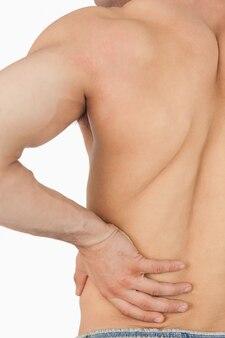 Giovane maschio che ha mal di schiena