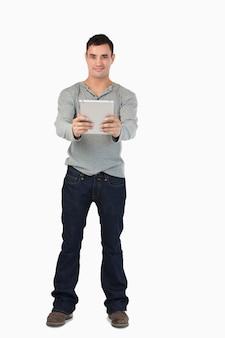 Giovane maschio che tiene il suo tablet