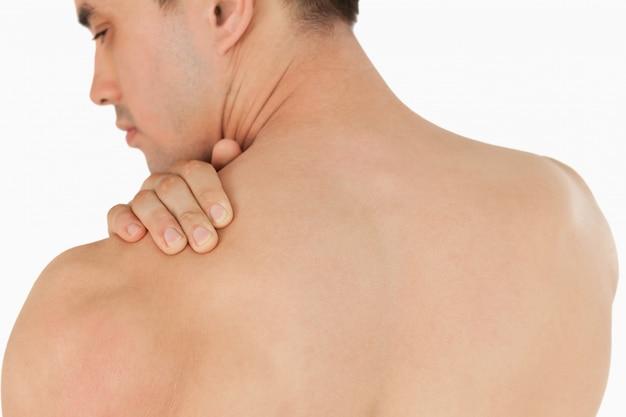 Giovane maschio con dolore al collo