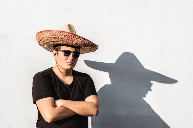Giovane maschio in sombrero. concetto festivo di indipendenza del messico dell'uomo che indossa il cappello messicano nazionale