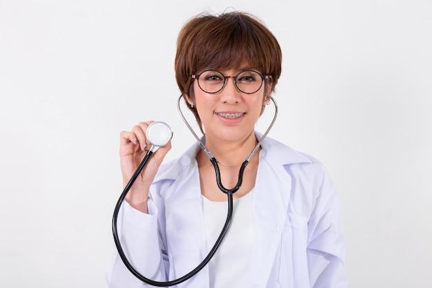 Giovane medico asiatico con stetoscopio. isolato su bianco