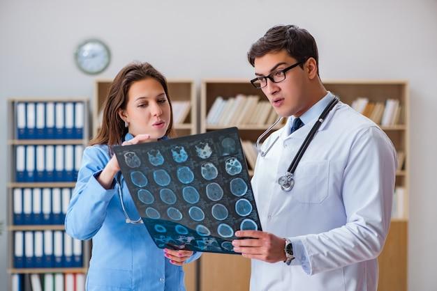 Giovane medico che esamina l'immagine dei raggi x di tomografia del computer