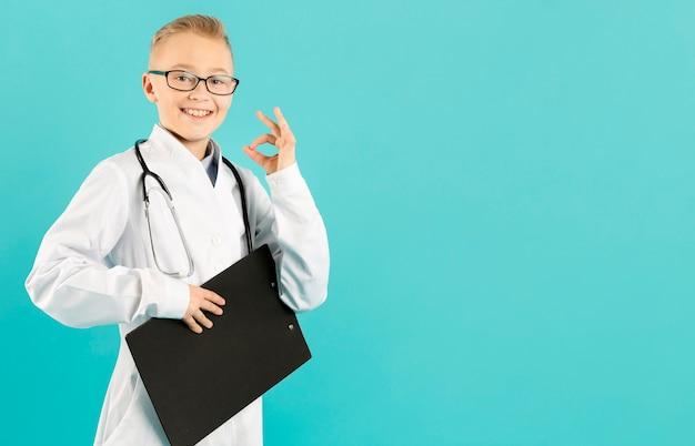 Giovane medico che mostra segno giusto