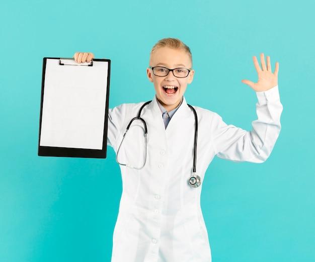 Giovane medico che tiene appunti in bianco