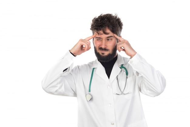 Giovane medico con la barba che indossa un'uniforme bianca