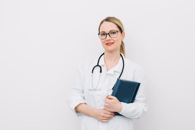 Giovane medico con notebook
