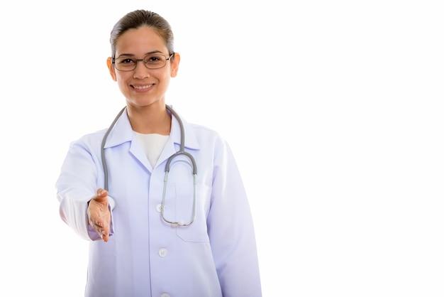 Giovane medico donna felice sorridente mentre dà la stretta di mano