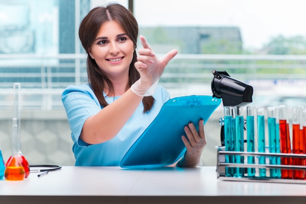 Giovane medico femmina che lavora in laboratorio
