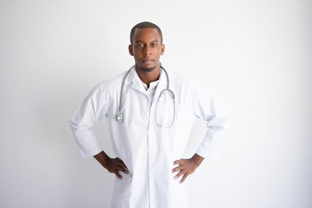Giovane medico maschio nero bello serio. concetto di medicina
