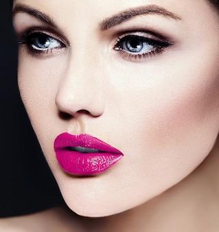Giovane modella caucasica con trucco luminoso, pelle pulita perfetta e labbra rosse colorate