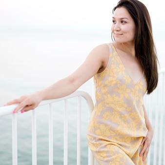 Giovane modello femminile asiatico che osserva via