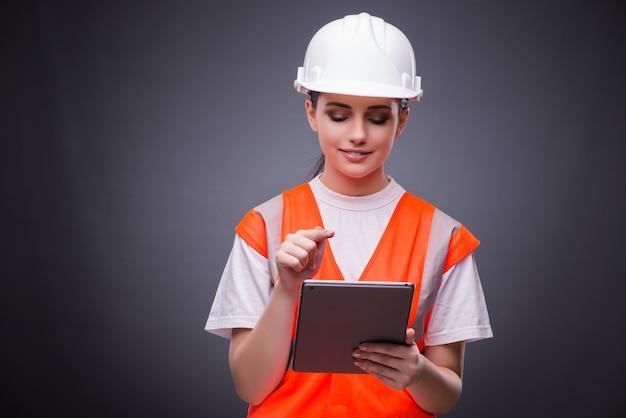 Giovane muratore con computer tablet