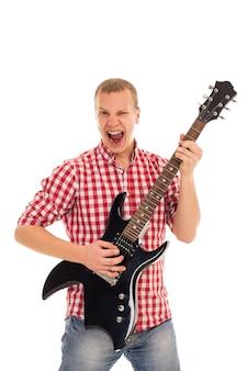 Giovane musicista con una chitarra