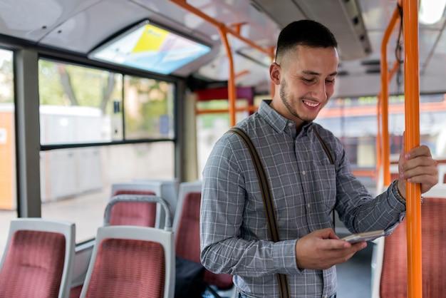 Giovane nel bus